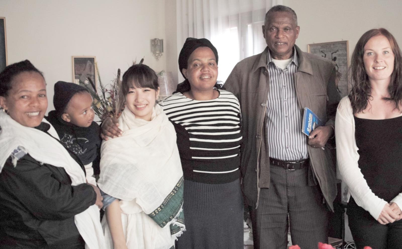 アフリカのホストファミリーと日本人ボランティア